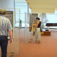 Návštěvnice výstavy si prohlíží vonný šperk - pomander - na portrétu Jany z Pernštejna