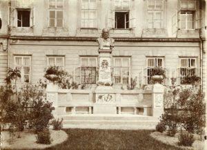 Původní umístění pomníku na Všehrdově náměstí